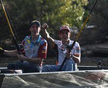 Ikan Lele Raksasa Sampai Gak Terangkat, Marc dan Alex Marquez Asyik Mancing Jelang MotoGP Aragon