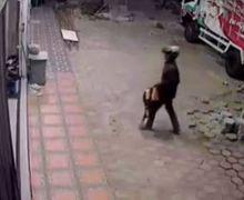 Video Detik-detik Lelaki Berhelm Datangi Bengkel Motor, Kelakuannya Bikin Geleng Kepala