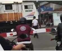 Video Pemotor Dibikin Bete di Pintu Perlintasan Kereta Karena Masinis Beli Makan, Begini Cerita Sebenarnya