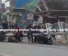 Warga Berhamburan, Dua Pemotor Bergelimpangan di Aspal Tertimpa Tiang Listrik, Petugas PLN Ikut Jadi Korban