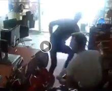 Bikin Melongo, Video Pemotor Panik Tabrak Salon Gara-gara Ada Razia, Pemiliknya Malah Lanjut Tidur