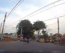 Bikin Jantung Deg-degan, Video Pemotor Mendadak Terkapar di Rel Kereta Api, Kelakuan Driver Ojol Bikin Ngusap Dada