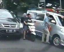 Si Botak Kejam Main Pukul Supir Ambulans Bikin Macet, Pemotor Teriak Gebukin Saja