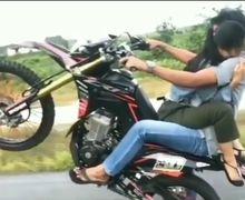 Bukannya Social Distance, 2 Sejoli Atraksi Pakai Honda CRF 150 Netizen: Ada Yang Nempel Tapi Bukan Cicak