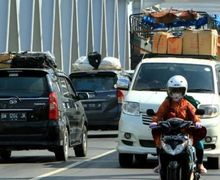 Rame Pemudik Lewat Jalur Pantura Tujuan Jateng dan Jatim Polres Cirebon Punya Trik Menghalau Warga yang Mudik