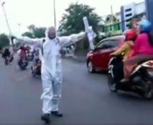 Pemotor langsung Kaget, Positif Corona Meroket, Pria Pakai APD Lengkap Teriak-teriak Dijalanan Ucap Indonesia Terserah