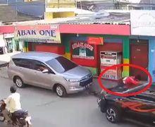 Bekasi Geger, Toyota Rush Ngawur Oleng Tabrak Sana-sini, Motor Ojol Ikut Remuk Jadi Korban