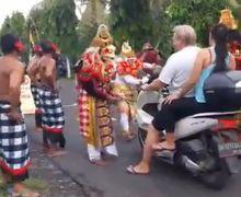 Seru Banget! Bukannya Dihukum, Pengendara Motor Tak Pakai Masker Malah Disambut Tarian Khas Bali