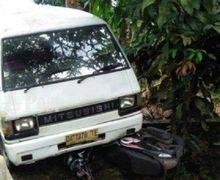 Warga Menjerit Ketakutan, Honda Scoopy Ringsek Dilindas Mitsubishi L300, Motor Mendadak Oleng