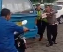 Kocak Nih! Lagi Bikin Razia, Polisi dan Pengendara Motor Kena Tilang Malah Bikin TikTok Spongebob
