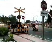 Aneh Bin Ajaib, Pemotor Tabrak Palang Kereta Sampai Patah,  Warganet Terheran-heran