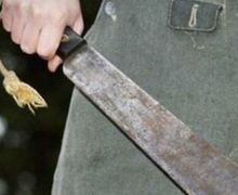 Sadis! Gerombolan PemotorLakukan Pengeroyokan Pakai Samurai,Sabet Pedagang Ayam Penyet Hingga Jari Jempolnya PutusCuma Gara-Gara Ini
