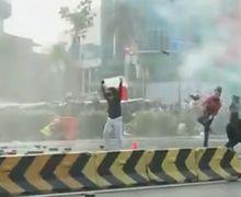 Breaking News! Paksa Tembus Istana, Demo Menolak Omnibus Law UU Cipta Kerja Ricuh di Harmoni