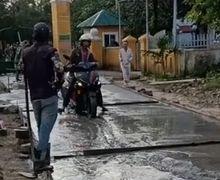 Bikin Emosi Satu Kampung! Pemotor Ini Terobos Jalan Cor Masih Basah, Endingnya Bikin Ngakak