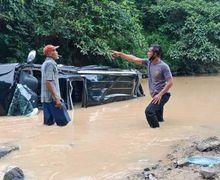 Gara-gara Senggolan Sama Motor, Mobil Mewah Berakhir Terjun ke Sungai