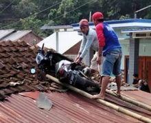 Waduh Motor Matic Nyangkut di Atap Rumah, Warganet Kebingungan