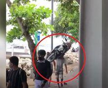 Geger, Pria Sekuat Samson Gendong Motor Honda Scoopy Santai Banget