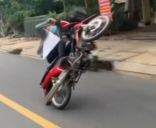Pemotor Wheelie di Jalan Raya, Endingnya Sesuai Harapan Warganet