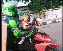 Air Mata Bercucuran, Driver Ojol Bawa Kardus Besar Sambil Gendong Bayi