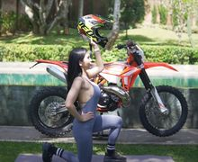 Bikin Lemes, Aksi Maria Vania Pakai Baju Seksi Naik Turun Kasih Tips Olahraga Untuk Pemotor