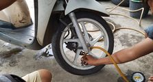 Cilaka! Ini 7 Kerugian Kalau Ban Motor Kurang Angin, Hal yang Sering Banget Disepelekan Biker