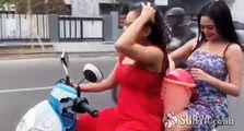 Mana Tahan, Dua Cewek Seksi Bikin Pemotor di Mojokerto Melotot Semua, Nekat Mandi Basah Sambil Naik Honda Scoopy