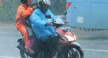 Duh Jangan Lagi Deh Nyeker Saat Riding di Tengah Hujan, Bahaya Banget Bro!