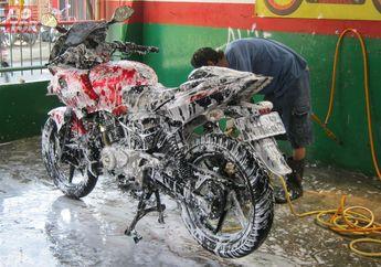 Cara Mudah Cuci Motor Sendiri, Gak Pake Cape Boskuh!