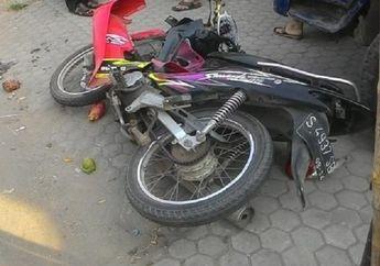 Miris, Pemotor Jatuh Di Jalan, Seketika Dihantam Mobil Dari Lawan Arah