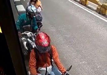 Enggak Berdaya, 3 Pemotor Terjepit Badan Busway Saat Nekat Lawan Arus, Kapan Sadarnya Bos?