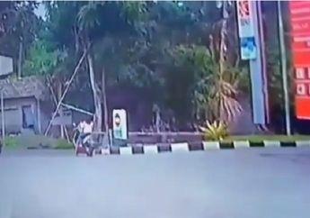 Video Detik-detik Pemotor Tertabrak Saat Keluar Dari SPBU, Korban Terseret