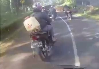 Kocak! Video Motor Honda Supra Gaya-gayaan Ngikutin Moge Cornering, Ujung-ujungya Bikin Malu