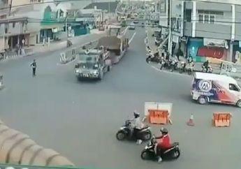 Ngeri! Video Truk Angkut Alat Berat Hilang Kendali, Pemotor dan Mobil Berantakan Diseruduk