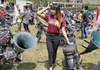 Cewek Cantik Foto Bareng Motor Yamaha RX-King, Knalpotnya Bikin Orang Melongo