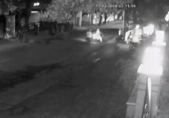 Pejaten Mencekam! Video Gengster Bawa Pedang Serang Pedagang Pecel Lele, 3 Orang Kocar-kacir