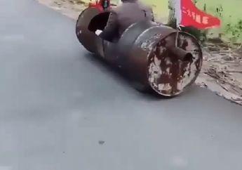 Aneh Bin Ajaib! Video Ada Drum Jalan Di Aspal, Motor Modif Bukan Sih!