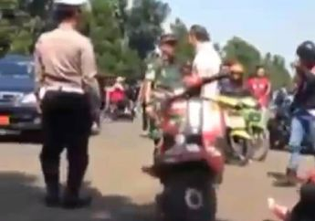 Sadis! Pengendara Mobil Nampol Skuteris di Depan Polisi dan TNI