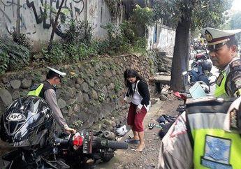 Saking Paniknya, Pemotor Distop Polisi, Coba Kabur Malah Nyebur Got