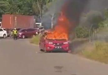 Mencekam! Video Honda Jazz  Ludes Terbakar Hebat di Pinggir Jalan, Pemotor Kocar-kacir