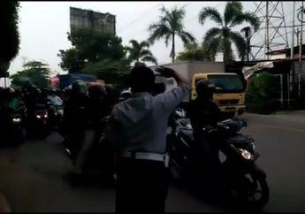 Kasihan Banget! Video Petugas Dishub Gak Dihargai Pemotor, Ramai-ramai Lawan Arus