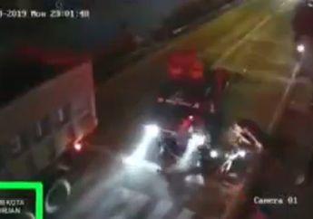 Nahas Banget, Lagi Stop Di Lampu Merah, Pemotor Terjungkal Keseruduk