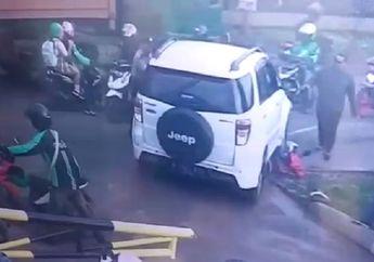 Video Detik-detik Driver Ojol Terpental Ditabrak Mobil, Motor Sampai Tersangkut di Kolong