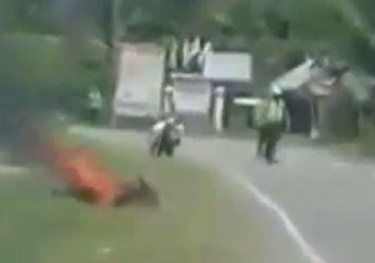 Jalanan di Sulawesi Geger, Pria Ngamuk dan Bakar Motornya Usai Ditilang, Polisi Gak Berkutik