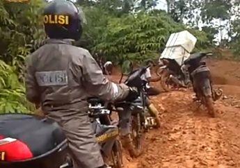 Salut! Video Anggota Polisi Kawal dan Amankan Kotak Suara Pemilu 2019 di Bengkulu, Jalur Ekstrim Dilibas