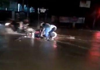Banjir Parah di Jakarta Timur, Pemotor Terguling dan Tertindih Motor Usai Diterjang Arus Banjir