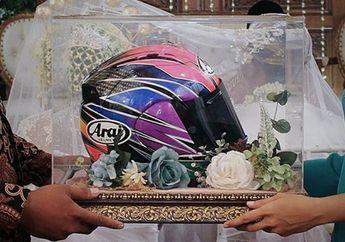 Mantap, Biker Ini Pilih Helm untuk Seserahan Pernikahannya, Motifnya Langka