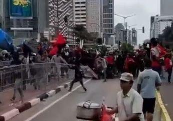 Video Detik-detik Demo Buruh Diwarnai Aksi Brutal Rusak Pagar di Tosari, Pemotor Putar Balik