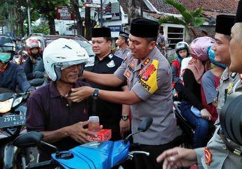 Patut Dicontoh, Polisi Bagi-bagi Helm Gratis dan Takjil Buat Para Pemotor