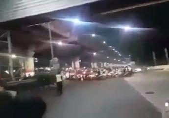 Video Ratusan Anggota Geng Motor Kembali Berulah, Dilarang Lewat, Petugas Tol Sampai Dihajar