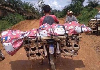 Miris, Gara-gara Jalan Rusak Mayat Petani Ini Dibonceng Menggunakan Sepeda Motor